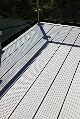 Underhållsfri träkomposittrall på balkong med plastclips