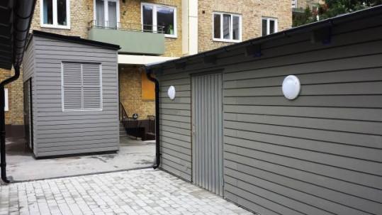 Miljöhus med underhållsfri fasadpanel i ljusgrått