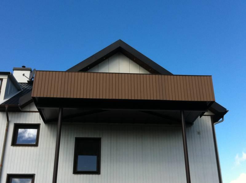 Mörkbrun fasadpanel monterad runt balkong