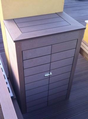 Förvaringsskåp byggt av trall och lister i träkomposit