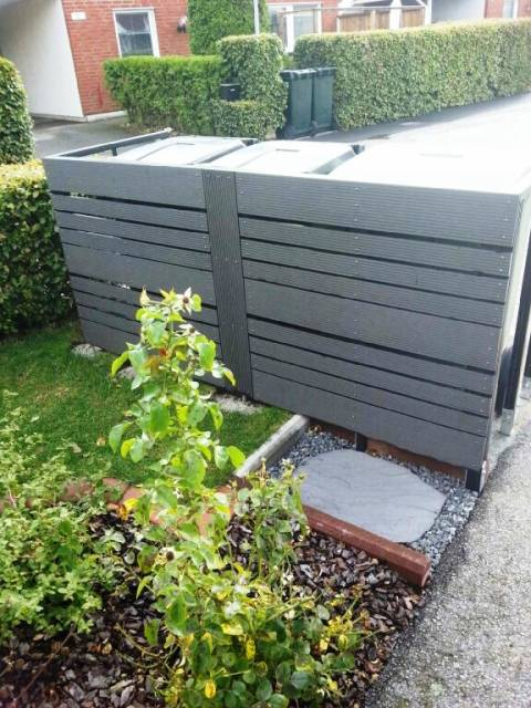 Insynskydd för soptunnor byggt av täckbrädor och täcklister i träkomposit