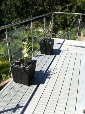 Trall på balkong med clips i plast