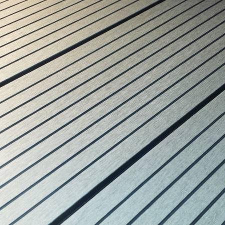 Närbild på den spårade sidan av träkomposittrallen